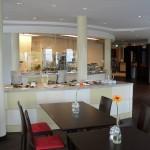 Die Küche fügt sich in den Gastraum ein