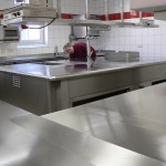 Der neue Kochblock wird poliert